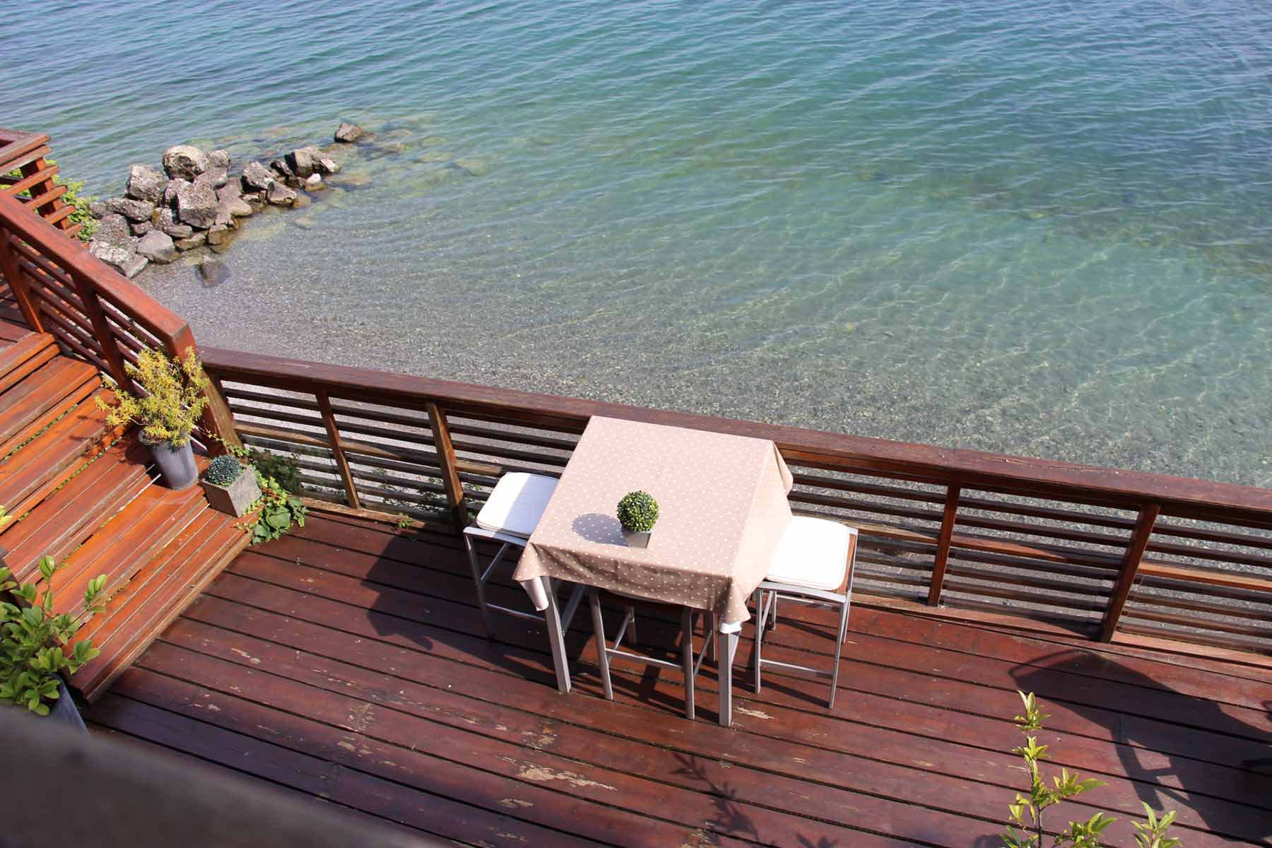 Meillerie Villa Decking with table