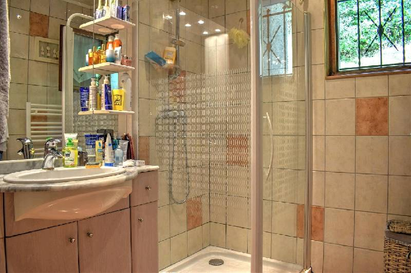Le Biot Coiffure Shower Room