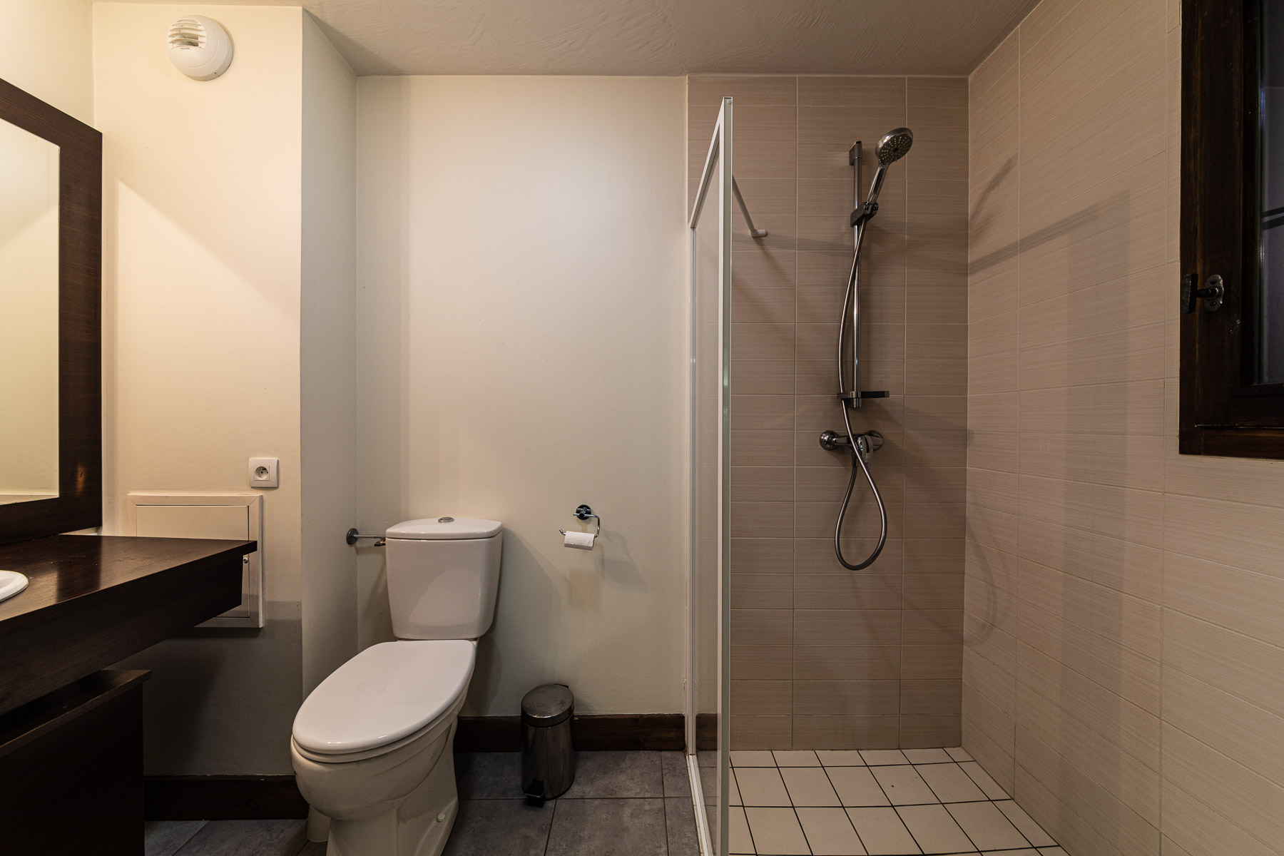Ferme Emiguy Chalet 6 Disabled Shower Room