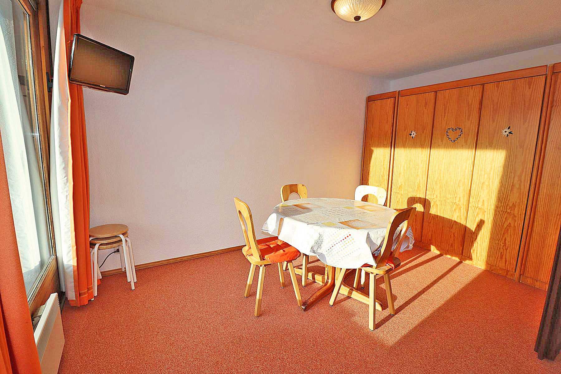 Studio appt 822 Dining Room / Bedroom